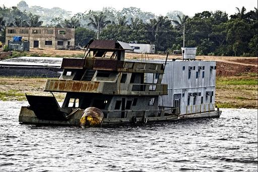 barco en el amazonas